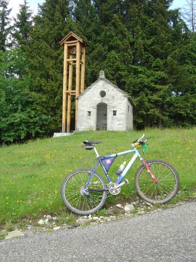 Poco prima di arrivare alla Malga, si pedala vicino a questa splendida chiesetta. La posizione sul limite del bosco le dona un fascino particolare. Notare la pendenza della stradina... Per fortuna manca veramente poco!!!