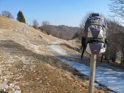 Ultimi metri della strada che sale da Mezzomonte verso il Cansiglio.