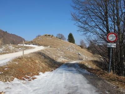 Il punto in cui la strada da Mezzomonte si unisce alla dorsale Cansiglio-Piancavallo.