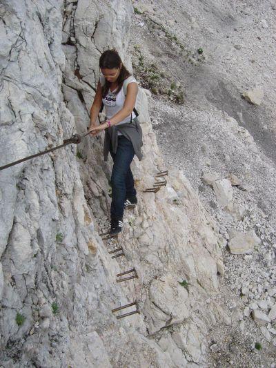 Il sentiero per Petra Skalarja diviene ben presto un percorso attrezzato. Qui in foto i primi tratti attrezzati. Direi che possiamo definirlo una ferrata facile.
