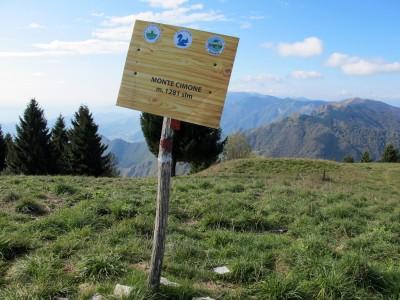 Eccoci infine alla cima del Monte Cimone. Piuttosto triste. Ho evitato di fotografare la grande antenna a pochi metri.