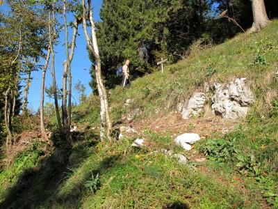 Alla fine della sterrata, sulla sinistra, inizia il sentiero per la cima del Monte Cimone.