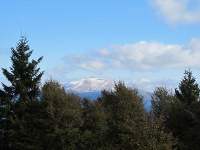 Dalla cima del Monte Cimone il Visentin appare ancora impolverato di bianco, dopo la recente nevicata.