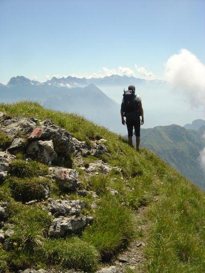 Uno dei tratti panoramici del sentiero di discesa dalla cima Pelf.