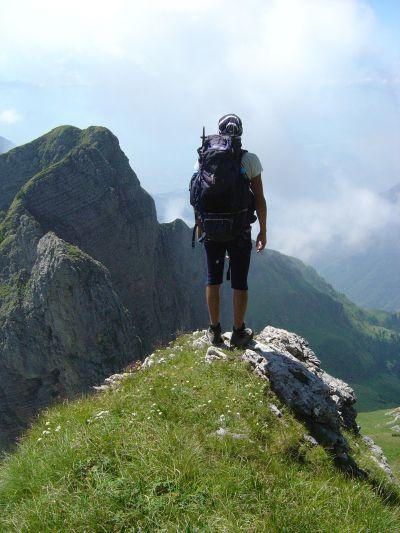 Una pausa su uno degli spuntoni scendendo da cima Pelf. Puo' capitare di avvistare qualche camoscio.