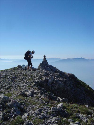 Eccoci sulla prima cima che incontriamo sul nostro cammino. Ci illudiamo per un attimo che sia cima Pelf, ma in realta' ci manca ancora un buon tratto in cresta.