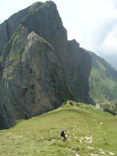 In discesa da cima Pelf, teniamo fisso come riferimento il Sass del Mel, lo spuntone qui in foto.