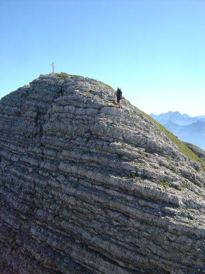 A pochi passi dalla cima del Pelf, dopo un buon tratto di saliscendi su cresta.