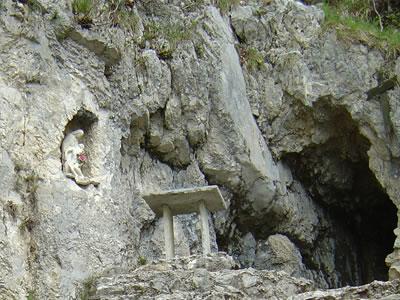 Madonna delle Agnelezze ed altare. Due volte all'anno qui si celebra la messa.
