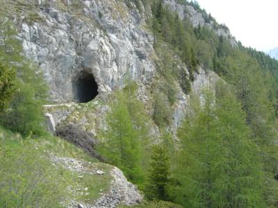 Ad un kilometro dalla cima (o poco piu') si passa attraverso una galleria buia con tracciato non rettilineo. C'e' una decina di metri di zona particolarmente buia dove si deve far particolare attenzione ad eventuali escursionisti.