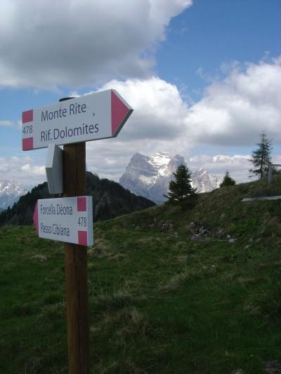 Poco lontano dalla Cima del Rite, presso l'ultima fermata della navetta, un po di segnaletica indica la strada. Sullo sfondo il mitico Monte Pelmo.