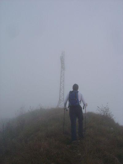 Fa capolino finalmente la grande croce sulla cima dello Sperone. E la nebbia non accenna a diradarsi.