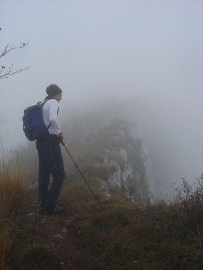 Sempre più vicini alla cima. Il sentiero ci porta ora a camminare sul bordo di pareti molto verticali, delle quali possiamo solo immaginare la parte iniziale, avvolta nella nebbia.