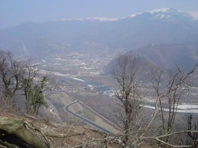 Salendo al Monte Tomba, il Piave e' ben visibile. Laggiu' in basso!