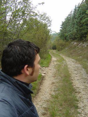 La strada di Pian Salere, silenziosa e tranquilla quanto basta.