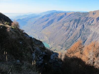 Camminando sul piccolo sentiero iniziamo a scorgere il fondovalle al di là del Pizzoc, la vallata del Fadalto.