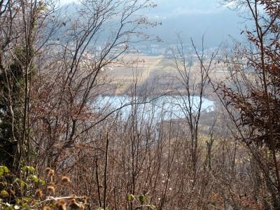 Il panorama sui laghi di Revine, che di tanto in tanto fa capolino mentre saliamo.