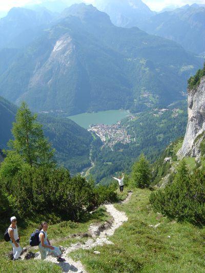 """Sul sentiero """"Ru de Porta"""", dal lago Coldai ai Piani di Pezzè. Sullo sfondo Alleghe ed il lago omonimo."""