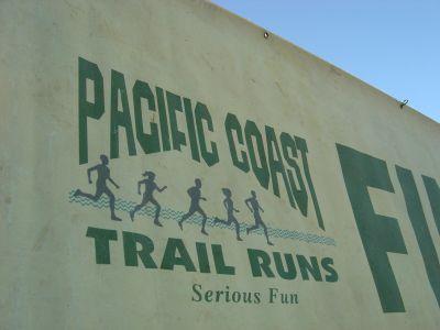 """Pcific Coast Trail Runs, Serious Fun. Logo e slogan dell'Organizzazione, direttamente dal banner """"Finish""""."""