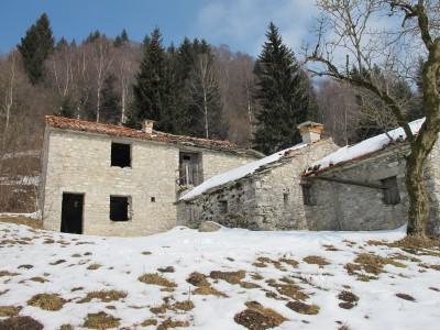 Un piccolo borgo di case in sasso, presso il bivio tra Monte Cimone e Tovena.