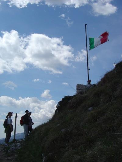 Il passaggio presso la Bandiera segna la fine del tratto in maggior salita. Da qua in poi il sentiero si fa più panoramico e rilassante, sebbene un po' esposto.