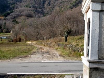 L'uscita del sentiero è appena a nord dell'abitato di Cison, di fronte ad un tempietto che costeggia la strada.