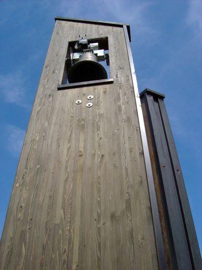 Poco oltre la spiaggetta in zona Poiatte, una campana su supporto di legno attira la nostra attenzione e ci fa scoprire un sentierino che valutiamo come recente, oltre che estremamente attraente!