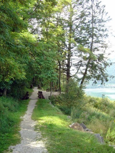 Poco prima di raggiungere la spiaggia di farra d'Alpago, uno sguardo all'indietro, per ammirare un tratto particolarmente suggestivo del sentiero percorso.
