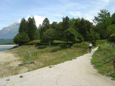 Il sentierino che dalla spiaggia in zona Poiatte porta verso la localita' Bastia (a nord del Lago di Santa Croce), passando per la spiaggia di Farra d'Alpago.