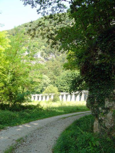 In lontananza il Canale di Soccher, sospeso da arcate che vagamente ricordano un acquedotto romano.