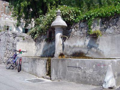 Rapida sosta ristoratrice presso una vecchia fontana a Soccher.
