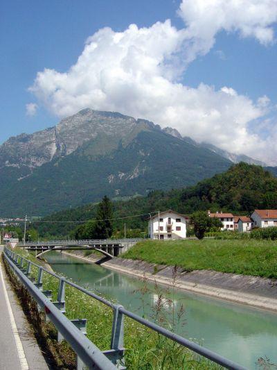Lasciato il lago alle spalle, si procede paralleli al Canale di Soccher, serpentone di cemento.