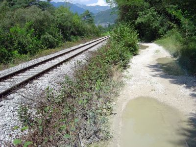 In questo breve trato la sterrata viene stretta tra il canale di Soccher e la ferrovia. Nessun treno in arrivo purtroppo. Dev'essere di notevole impatto correre in questo tratto mentre avanza il treno.