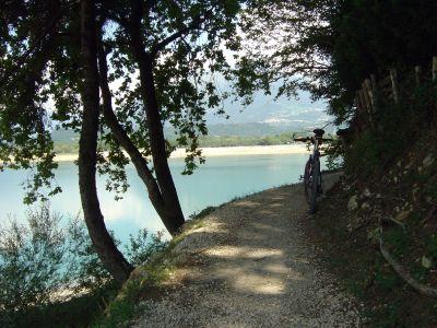 La parte piu' caratteristica del lungolago alpagotto, tra localita' Poiatte e la spiaggia di Farra d'Alpago.