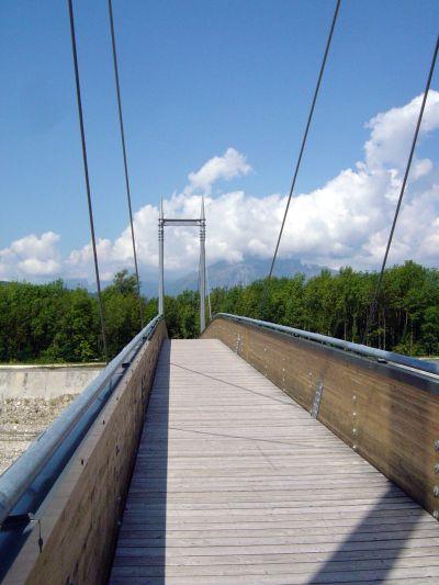 Un'immagine del ponte sul torrente Tesa, pedalando verso l'area umida detta Sbarai.