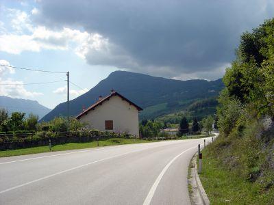 Correndo lungo la statale, da Cadola verso il Lago di Santa Croce.