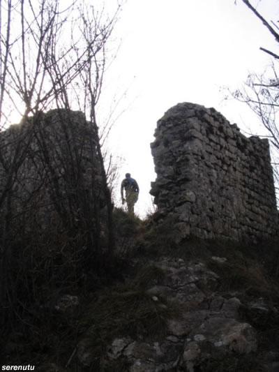 I resti della torre che sovrasta il Santuario di Santa Augusta, a Serravalle di Vittorio Veneto (foto Serenutu).