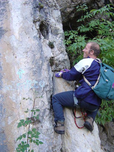 """Tentativo (a 50 cm da terra) su una delle tantissime vie d'arrampicata nella zona di Laste. Sorvoliamo sulla conclusione ingloriosa del tentativo (in tema con il nome della via stessa: """"so...ffritto"""")."""