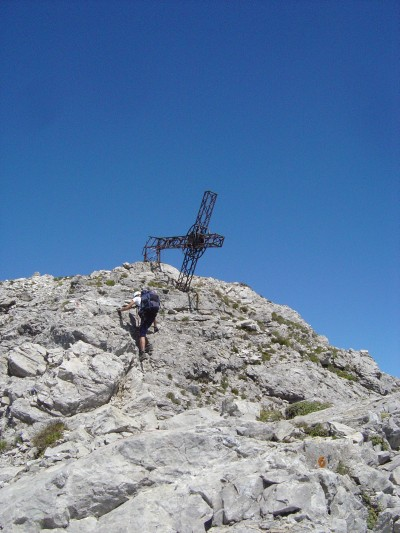 In vista della cima della Schiara, lungo la ferrata Berti. La croce appare gia' da qui in posizione... poco naturale.