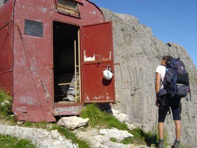 Eccoci all'ingresso del Bivacco Sandro Bocco al Marmol. L'apertura della porta richiede un po di sforzo, non desistere!