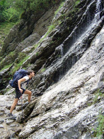L'acqua gioca con la roccia non solo nel letto del torrente, ma anche sulle pareti che circondano l'Ardo. Ecco una cascata dove ci concediamo una doccia molto soft.