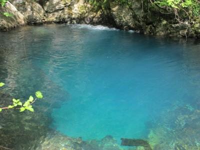 L'azzurro intenso delle sorgenti del Meschio ed il gorgoglio bianco dell'aria che emerge lungo le pareti della roccia.