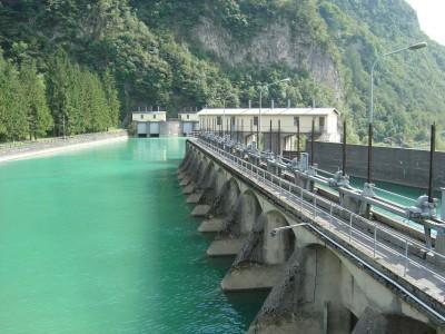 Passato il ponte sul fiume Piave, si possono ammirare le chiuse sul fiume, ai piedi della Centrale ENEL di Soverzene.