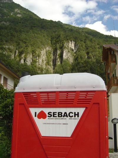 Splendido esempio di marketing montano a Soverzene ... Si tratta di un bagno chimico, ovviamente!