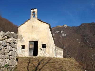 Eccola, dopo alcuni minuti si raggiunge la chiesetta di San Vigilio, abbandonata. Fin troppo abbandonata, purtroppo.