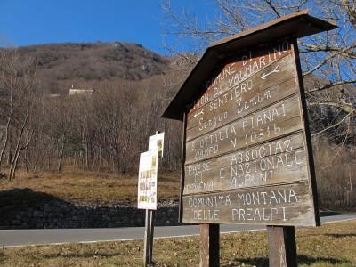 Il grande cartello lungo la strada per Passo San Boldo: l'inizio del sentiero Zanin.
