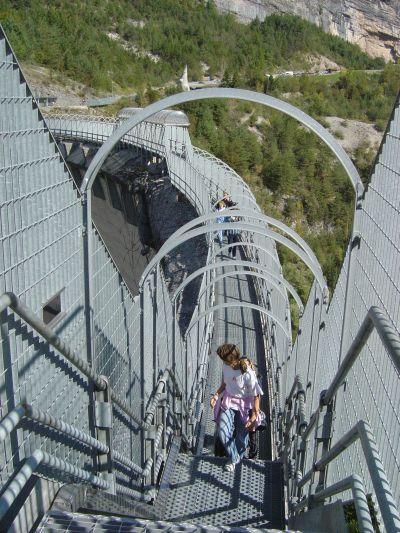 Il coronamento della diga del Vajont. L'attraversamento avviene, come si puo' notare, in totale sicurezza.