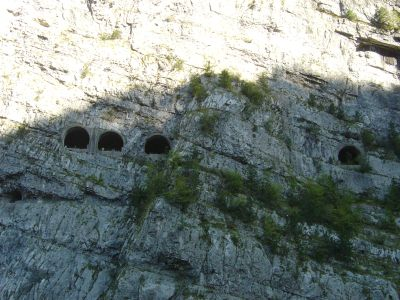 Le gallerie sul lato opposto della valle del Vajont. Passeremo presto all'interno di quelle gallerie dove gia' vediamo passare qualcuno.