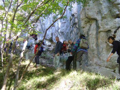 Ecco una parte degli amici del Paletto, mentre si sale per bosco, verso la strada che da Longarone conduce su alla diga.