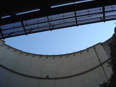 Il coronamento della diga visto da Ponte Tubo.